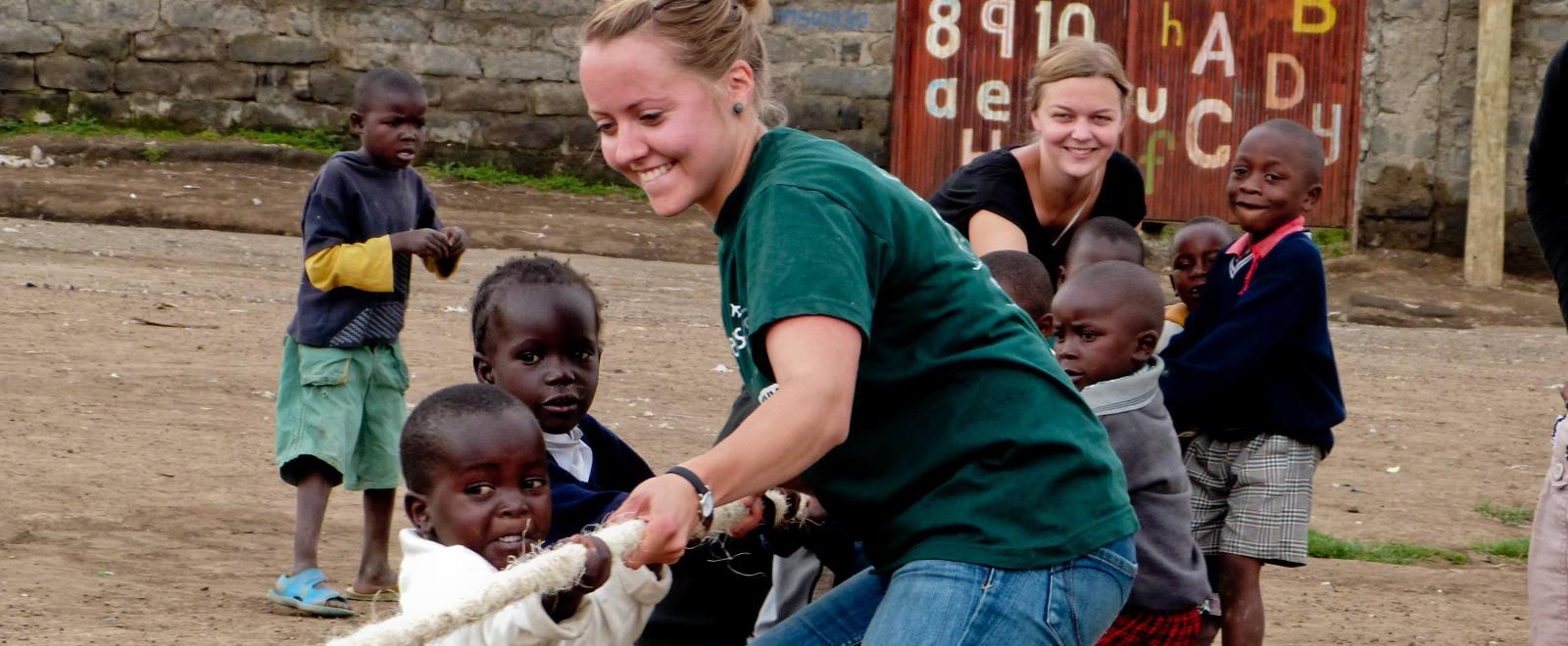 En su voluntariado con niños en Ghana, nuestras voluntarias enseñan a los pequeños a trabajar en equipo.